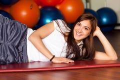 Mujer joven feliz en la gimnasia Fotos de archivo libres de regalías