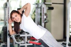 Mujer joven feliz en la gimnasia Imagen de archivo libre de regalías