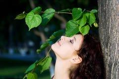 Mujer joven feliz en la naturaleza. Imagen de archivo libre de regalías