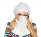 Mujer joven feliz en la sonrisa de la ropa del invierno Imagen de archivo