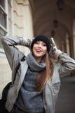 Mujer joven feliz en manoplas que sonríe y que mira la cámara Cierre para arriba Fotografía de archivo