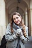 Mujer joven feliz en manoplas que sonríe y que mira la cámara Cintura para arriba Fotos de archivo libres de regalías