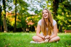 Mujer joven - feliz en naturaleza Fotografía de archivo