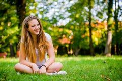 Mujer joven - feliz en naturaleza Fotos de archivo