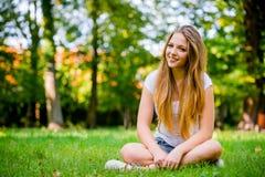 Mujer joven - feliz en naturaleza Foto de archivo