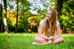 Mujer joven - feliz en naturaleza Fotos de archivo libres de regalías