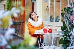 Mujer joven feliz en París en la Navidad Fotos de archivo