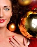 Mujer joven feliz en smilin del ornamento de la decoración de la Navidad del invierno Imágenes de archivo libres de regalías