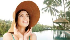 Mujer joven feliz en sombrero de paja en la playa tropical Fotografía de archivo