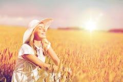 Mujer joven feliz en sombrero del sol en campo de cereal Imagenes de archivo