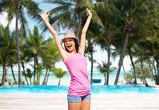 Mujer joven feliz en sombrero en la playa del verano Imagenes de archivo