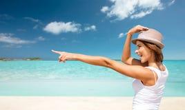 Mujer joven feliz en sombrero en la playa del verano Foto de archivo libre de regalías