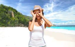 Mujer joven feliz en sombrero en la playa del verano Imágenes de archivo libres de regalías