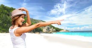Mujer joven feliz en sombrero en la playa del verano Fotografía de archivo
