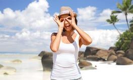 Mujer joven feliz en sombrero en la playa del verano Imagen de archivo libre de regalías