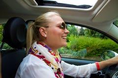 Mujer joven feliz en su coche Foto de archivo libre de regalías