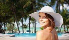 Mujer joven feliz en sunhat sobre la playa del hotel Fotos de archivo