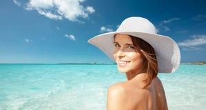 Mujer joven feliz en sunhat sobre la playa del verano imágenes de archivo libres de regalías