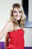 Mujer joven feliz en top sin tirantes rojo Fotos de archivo libres de regalías