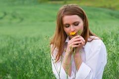 Mujer joven feliz en un campo. Imagen de archivo