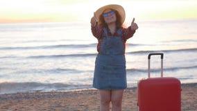 Mujer joven feliz en una playa de la puesta del sol almacen de metraje de vídeo