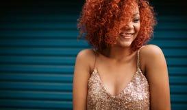 Mujer joven feliz en vestido atractivo imagen de archivo libre de regalías