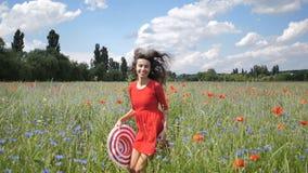 Mujer joven feliz en vestido rojo y sombrero grande que disfruta de la naturaleza Paseos al aire libre de la muchacha de la belle almacen de video