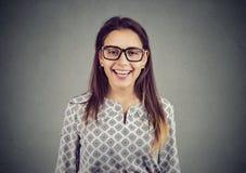 Mujer joven feliz en vidrios Fotografía de archivo libre de regalías