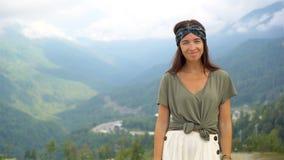 Mujer joven feliz hermosa en montañas en el fondo de la niebla metrajes