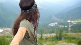 Mujer joven feliz hermosa en montañas en el fondo de la niebla almacen de video