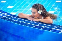 Mujer joven feliz hermosa en piscina fotografía de archivo