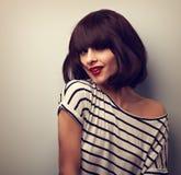 Mujer joven feliz hermosa que mueve y que sacude el pelo corto con r Fotos de archivo libres de regalías