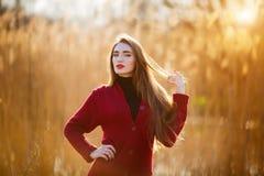 Mujer joven feliz libre Hembra hermosa con el pelo que sopla sano largo que disfruta de la luz del sol en parque en la puesta del Fotos de archivo libres de regalías
