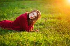 Mujer joven feliz libre Hembra hermosa con el pelo sano largo que disfruta de la luz del sol en parque en la puesta del sol Prima Fotos de archivo