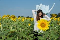 Mujer joven feliz libre que disfruta de la naturaleza Muchacha de la belleza al aire libre Fre Imagen de archivo