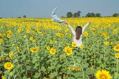 Mujer joven feliz libre que disfruta de la naturaleza Muchacha de la belleza al aire libre Fre Foto de archivo libre de regalías