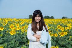 Mujer joven feliz libre que disfruta de la naturaleza Muchacha de la belleza al aire libre SMI Fotos de archivo