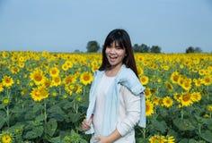 Mujer joven feliz libre que disfruta de la naturaleza Muchacha de la belleza al aire libre SMI Foto de archivo libre de regalías