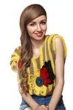 Mujer joven feliz linda con el peinado largo Estilo de las adolescencias Imagen de archivo libre de regalías