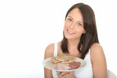 Mujer joven feliz natural atractiva sana que sostiene una comida fría fría del estilo noruego típico Fotos de archivo libres de regalías