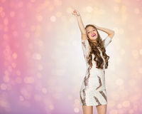 Mujer joven feliz o baile adolescente de la muchacha en el partido Foto de archivo libre de regalías