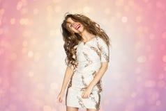 Mujer joven feliz o baile adolescente de la muchacha en el partido Imagenes de archivo