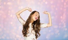 Mujer joven feliz o baile adolescente de la muchacha en el partido Imagen de archivo libre de regalías
