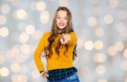 Mujer joven feliz o finger punteagudo adolescente en usted Imágenes de archivo libres de regalías