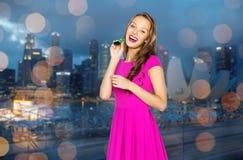 Mujer joven feliz o muchacha adolescente con el cuerno del partido Fotos de archivo libres de regalías