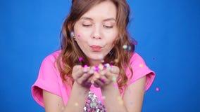 Mujer joven feliz o muchacha adolescente con las lentejuelas y confeti en el partido almacen de video