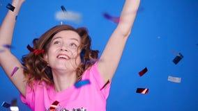 Mujer joven feliz o muchacha adolescente con las lentejuelas y confeti en el partido almacen de metraje de vídeo