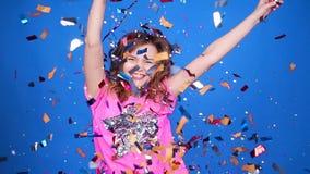 Mujer joven feliz o muchacha adolescente con las lentejuelas y confeti en el partido metrajes
