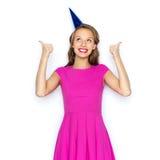 Mujer joven feliz o muchacha adolescente en casquillo del partido Fotos de archivo