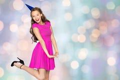 Mujer joven feliz o muchacha adolescente en casquillo del partido Foto de archivo